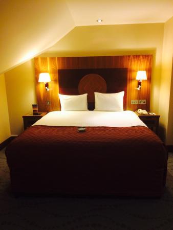 Westport Plaza Hotel: Huge bed on 6th floor