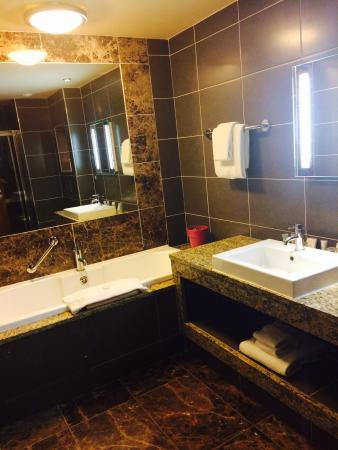 Westport Plaza Hotel: Spacious bathroom