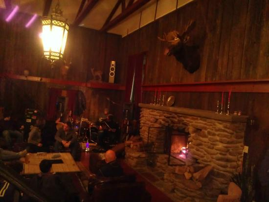 Highline Lodge: Live Music and Fire Place