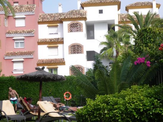 NH Marbella: Vista desde la piscina