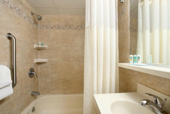 Quality Inn Oceanfront: Guest Room Bathroom
