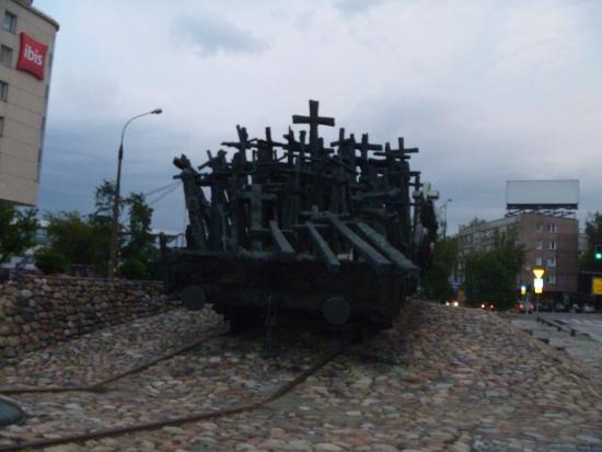 Ibis Warszawa Centrum: pomnik przy hotelu