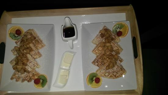 Shades of Jade Inn and Spa: Homemade waffles with cinnamon diced apples