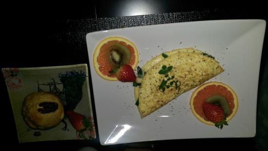 Shades of Jade Inn and Spa: Spinach, tomato and gouda omelet; pumpkin cheesecake muffin
