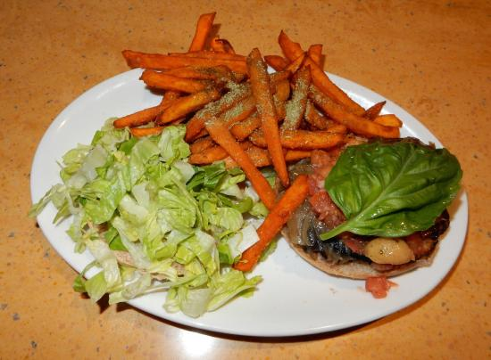 Costa Mesa, Kalifornien: Portobello & Sausage Burger, Sweet Potato Fries