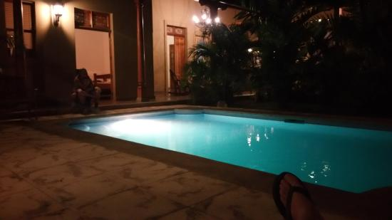 Backpackers Inn: pool and courtyard