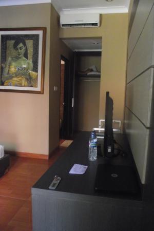 Sindhu Mertha Suite: massive wardrobe at the back