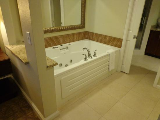Hilton Grand Vacations on Paradise (Convention Center): Bathtub next to bedroom