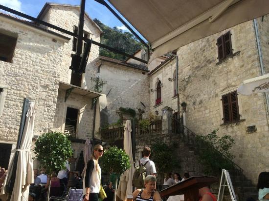 Hotel Rendez-Vous: во дворе