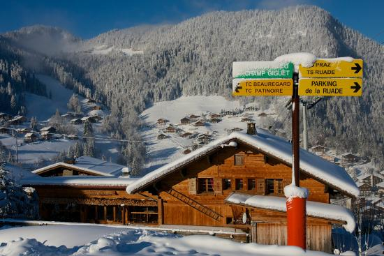 Chalet Le Panoramic: This chalet really is on the piste!
