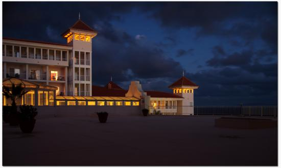 Hotel Riu Palace Madeira: Riu Palace at night.
