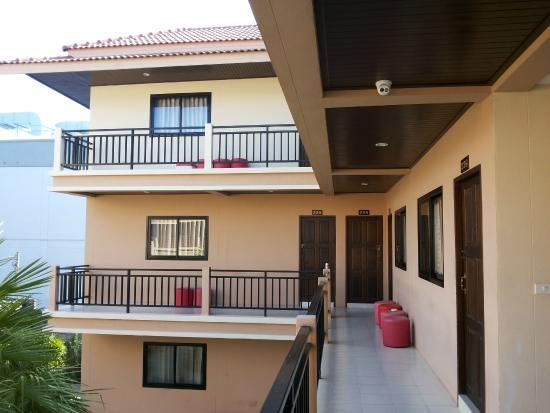Panupong Apartment: Building-3 exterior. Quieter rooms :)