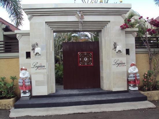 Legian Guest House Bali: Entrée de l'hotel