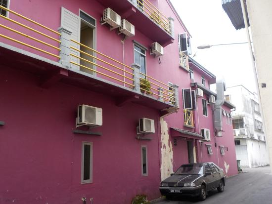 Beds Guesthouse: You can't miss it. Its a big pink building