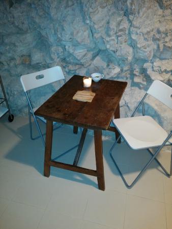 casa luce particolare della cucina tavolino e roccia
