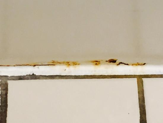 Best Western Plus New Englander: Rust at base of tub