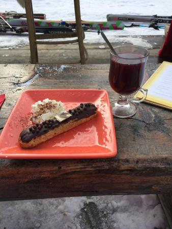 Grizzly Bar : An Eclaire and a Vin Chaud (Mulled Wine)