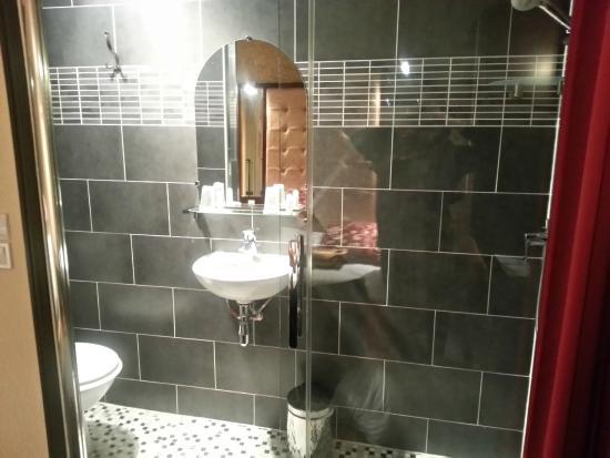 Hotel des Buttes Chaumont: Cuarto de baño pequeño pero limpio
