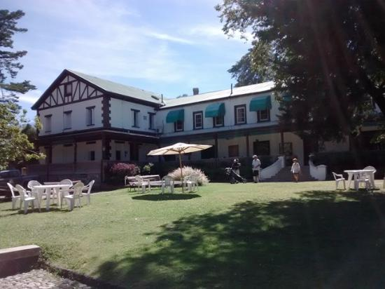 Hotel Yacanto: Hotel y jardin