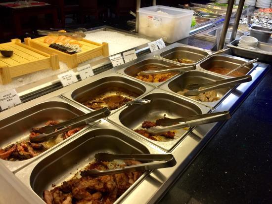 buffet avec comme vous le voyez d 39 autres plats chauds tels que des crevettes du poulet du c. Black Bedroom Furniture Sets. Home Design Ideas