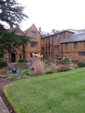 Mercure Banbury Whately Hall Hotel: Another view from the gardens, showing the newer wing on the right