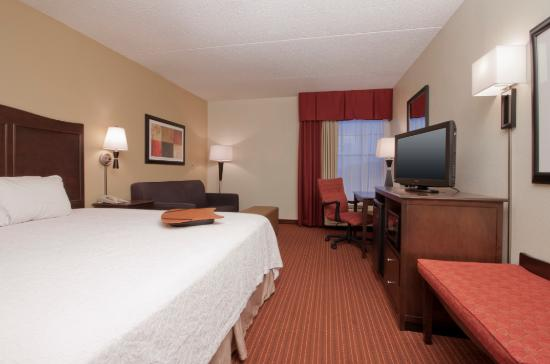 Hampton Inn Boston/Peabody: King Bed Guest Room