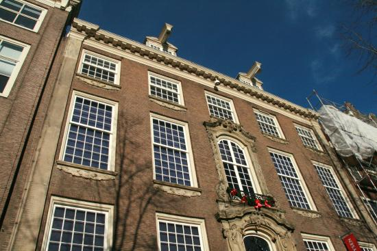 Willet-Holthuysen Museum: De voorgevel van het statige herenhuis
