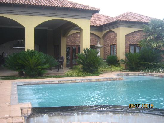 Witwater Guest House and Spa: Swimming pool next to patio and spa