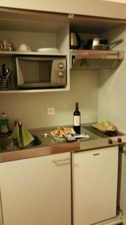 California House: Cozinha no quarto bem equipada