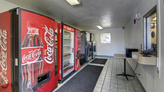 Motel 6 Marshall: Vending