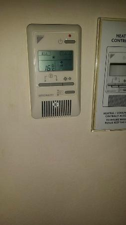 Holiday Inn Chester South: The thermostat. There was heating in the room which we couldnt control so we cooled the room by
