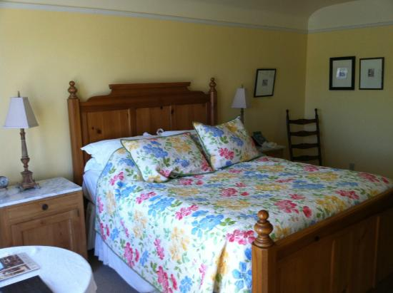 Irish Rose Inn: Our incredibly comfortable bed.