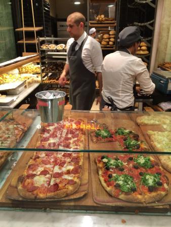 Menchetti: Algunas de las pizzas a medida que las sacan del horno en el fondo del local.
