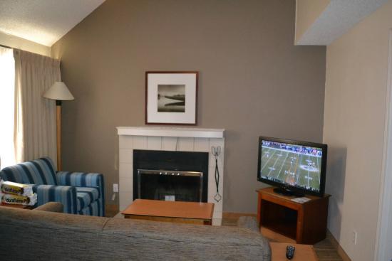Residence Inn Portland South/Lake Oswego: Fireplace and living area
