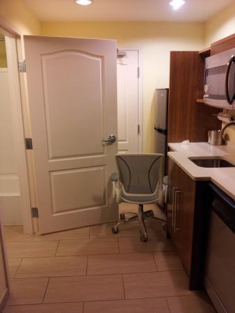 Home2 Suites Biloxi North / D'Iberville : How to hold the bathroom door open!