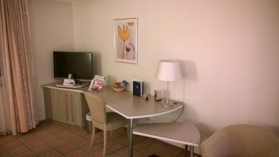 Hotel Stadt München: Desk and TV, minibar underneath.