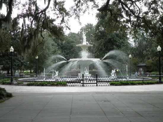 Presidents' Quarters Inn: Nearby Fountain in Square