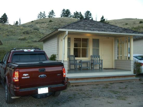 Mammoth Hot Springs Hotel & Cabins: Mammoth Rustic cabin - front porch