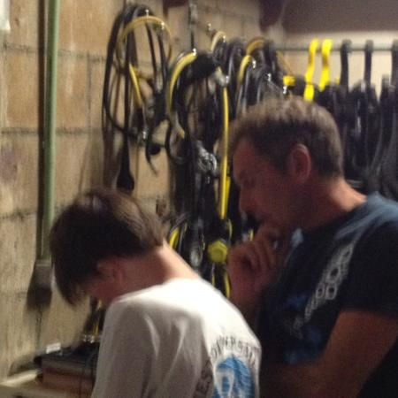 Reef Quest Divers : Signing the paperwork