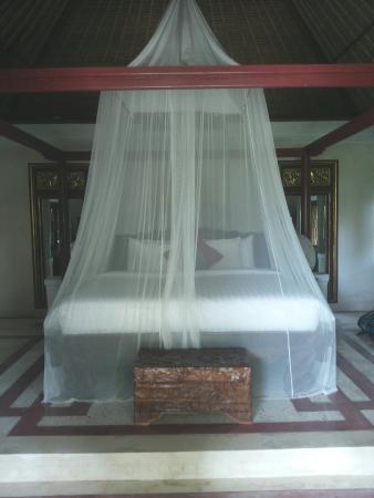 Bali Hidden Paradise Seminyak: The 'royal' bed