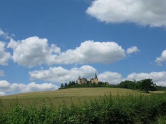 Château de Châteauneuf-en-Auxois : View as you approach
