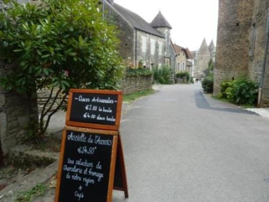 Château de Châteauneuf-en-Auxois : A lovely place for lunch
