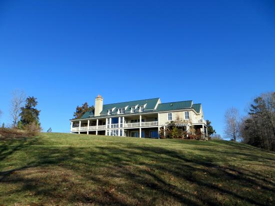 Cedar Spring Inn : The Inn from a Distance