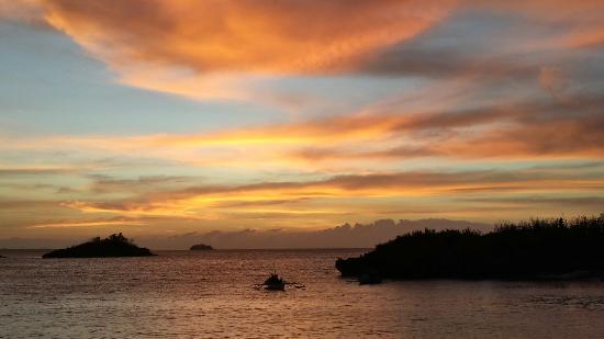 Blue Corals Beach Resort: El sunset desde la pergola happy