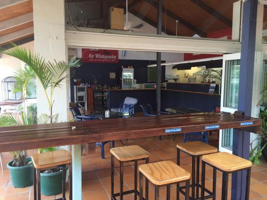 Flametree, Australien: Relax at our bar and watch the planes and helicopters coming through.