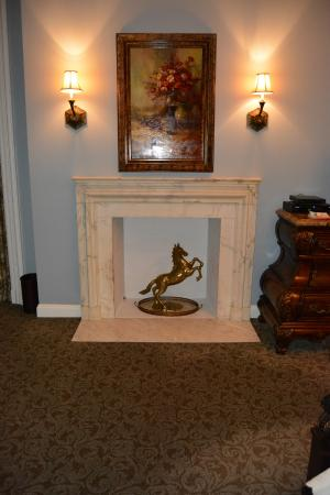 Oheka Castle: Fireplace in room