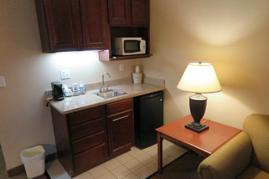 Holiday Inn Express Hotel & Suites Grand Blanc: Fridge, microwave, coffee service