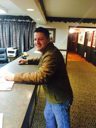 Econo Lodge Inn by the Bay : At the front desk