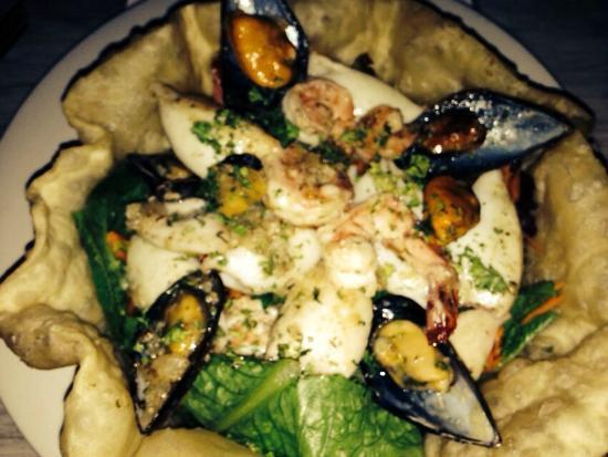 The Table Restaurant and Bar: Una ensalada de mariscos espectacular