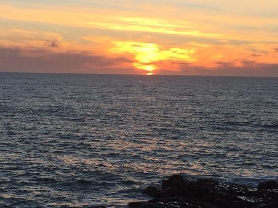 Sea Otter Inn: Sunset right across from the Inn.